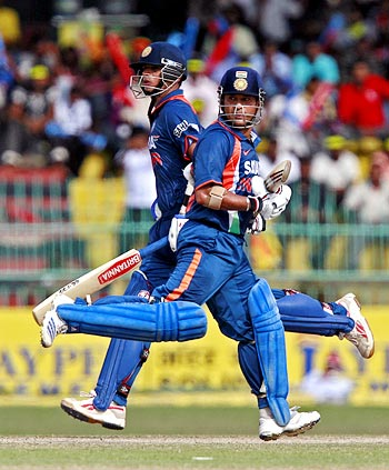 Sachin Tendulkar (right) and Rahul Dravid run between the wickets