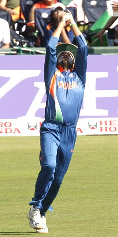 Harbhajan Singh takes the catch to dismiss Imran Nazir