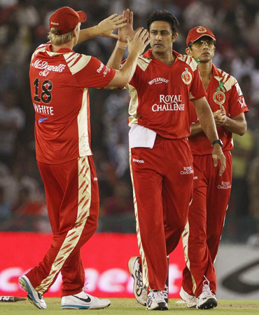 Anil Kumble and Cameron White of the Royal Challengers Bangalore celebrate the wicket of Manvinder Bisla