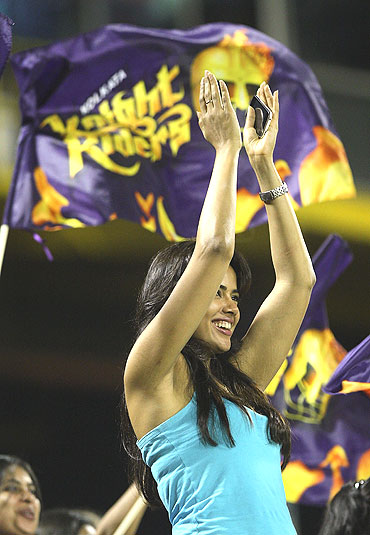 Sameera Reddy cheers the Kolkata Knight Riders