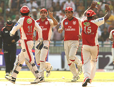 Kings XI Punjab players celebrate the run out of Gautam Gambhir
