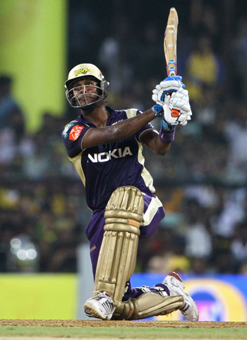 Angelo Mathews of the Kolkata Knight Riders hits a six