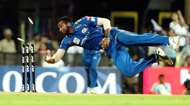 Kieron Pollard runs out Rahul Dravid