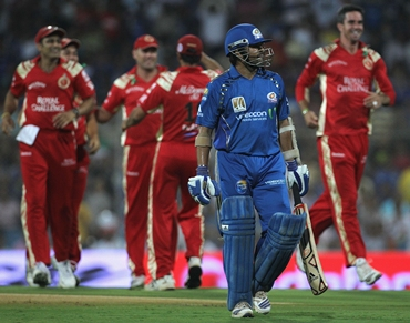 RCB players celebrate as Tendulkar walks back