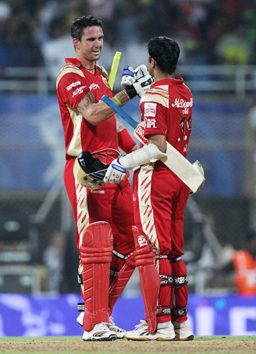 Kevin Pietersen celebrates with Rahul Dravid after winning the match