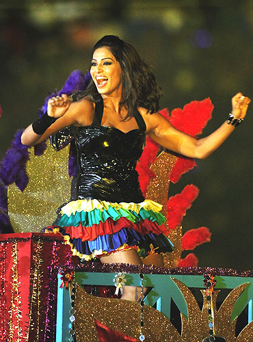 Bipasha Basu shakes a leg at the closing ceremony