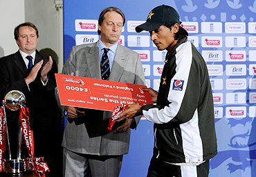 Pakistan's Mohammad Amir (right) receives his man of the series award from Giles Clarke, chairman of the England and Wales Cricket Board, on Sunday