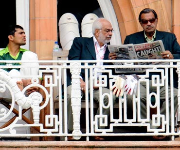 Pakistan Manager Yawar Saeed (right) and asst manager Shafqat Ranan read a newspaper as Kamran Akmal looks on.