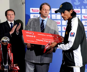 Mohammad Amir receives his man of the series award from Giles Clarke, chairman of the England and Wales Cricket Board
