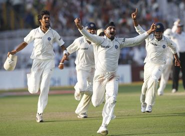 Team India celebrates the dismissal of a South African batsman
