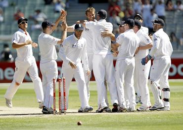 Chris Tremlett (C) celebrates with teammates after dismissing Mitchell Johnson