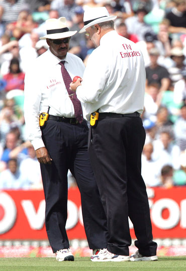 Umpires Billy Doctrove (left) and Darrell Hair inspect the ball