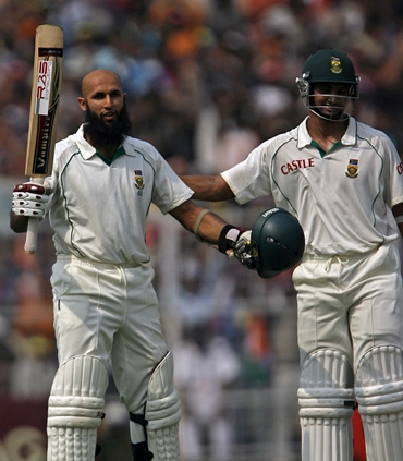 Hashim Amla gets a pat from Alviro Petersen after getting to hundred