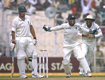 Indian players successfully appeal for Graeme Smith's wicket