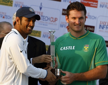 Dhoni and Graeme Smith at the prize distribution ceremony