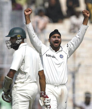 Harbhajan celebrates after he picked up Aswell Prince