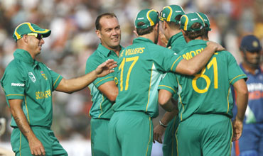 Jaques Kallis (centre) is congratulated by team-mates after dismissing Dhoni