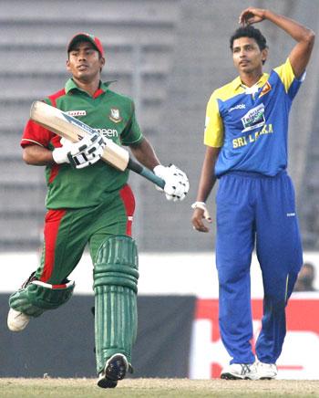 Bangladesh's Mohammad Ashraful snatches a run as Sri Lanka's Suraj Randiv looks in despair
