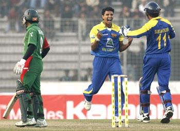 Sri Lanka's captain Sangakkara congratulates Suraj Randiv after dismissing Rahim