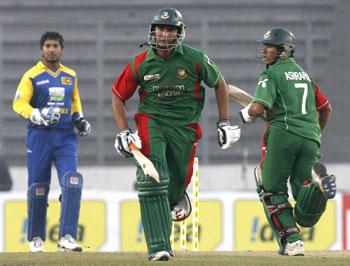 Bangladesh's Ashraful and Mahmudullah run between wickets