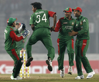 Bangladesh's Rubel Hossain celebrate Upul Tharanga's wicket