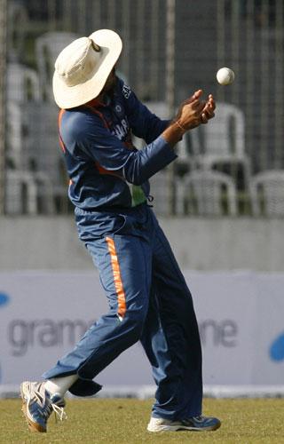 Harbhajan Singh drops a catch