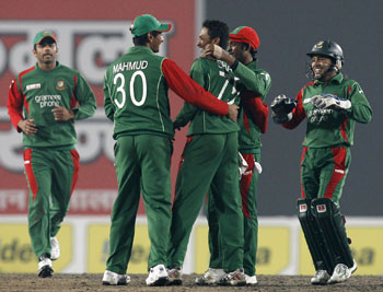 Bangladesh players celebrate Kohli's dismissal