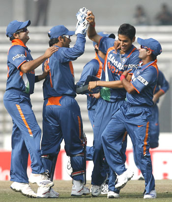 India's Sudeep Tyagi (2nd from right) celebrates with team-mates after dismissing Sri Lankan opener Upul Tharanga