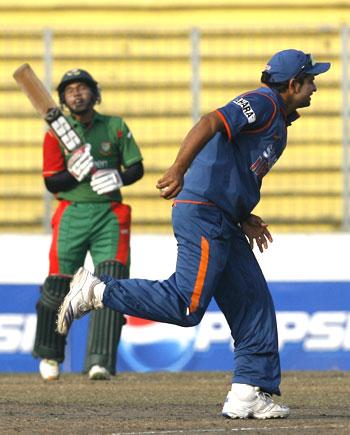 Suresh Raina latches on to the ball to dismiss Mushfiqur Rahim for 7