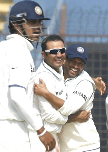 Tendulkar (right) congratulates Sehwag (centre) after he dismissed Tamim Iqbal