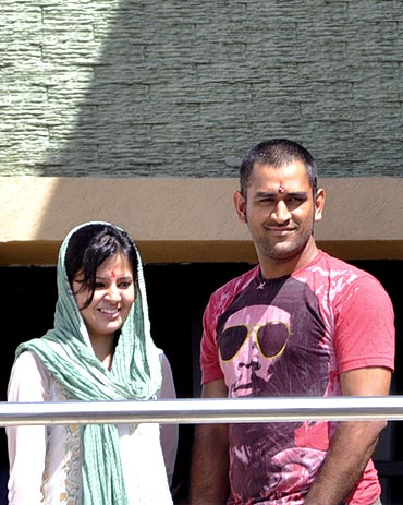 Mahendra Singh Dhoni with beautiful, Wife Sakshi Dhoni