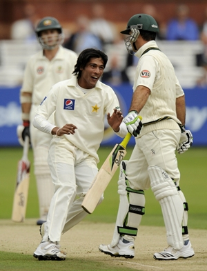 Mohammad Aamer runs in front of Ponting