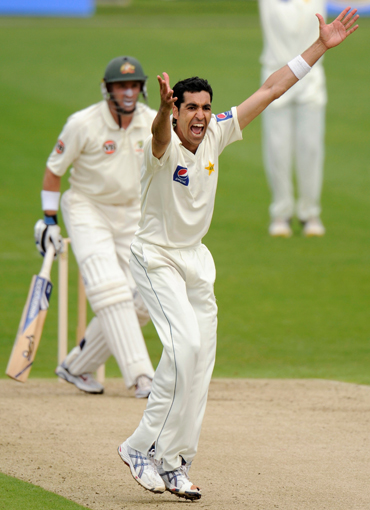 Umar Gul successfully appeals for the wicket of Mike Hussey