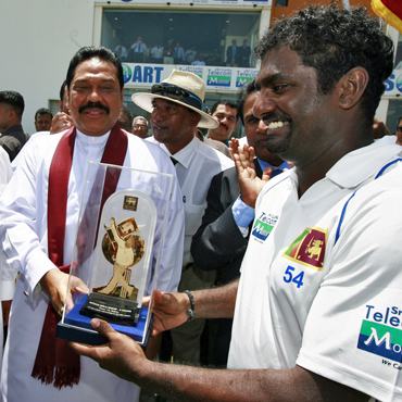 Muralitharan receives an award from Sri Lanka President Mahinda Rajapakse