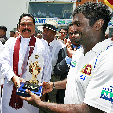 Muralitharan (right) receives an award from Sri Lankan President Mahinda Rajapakse on Thursday