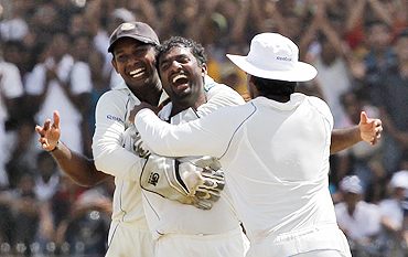 Muralitharan celebrates with teammates after picking his 800th wicket