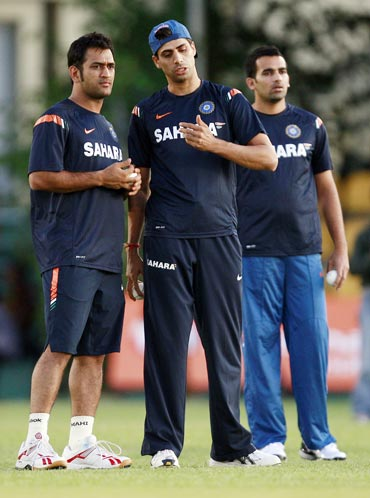 Ashish Nehra talks to MS Dhoni