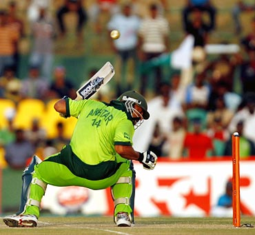 Shoaib Akhtar avoids a bouncer