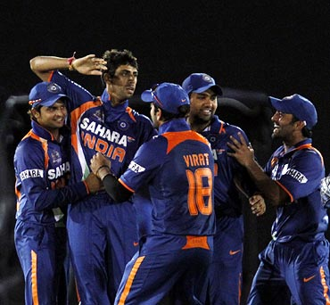 Ashish Nehra (2nd left) is congratulated by team mates after he took the wicket of Mahela Jayawardene