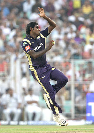 Angelo Mathews bowls during his opening spell against the Royal Challengers