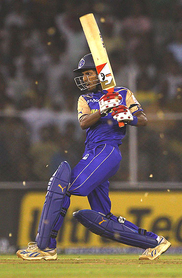 Abhishek Jhunjhunwala of the Rajasthan Royals pulls one in front of square