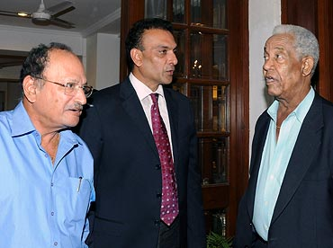 Gary Sobers (right) with former India players Ajit Wadekar (left) and Ravi Shastri