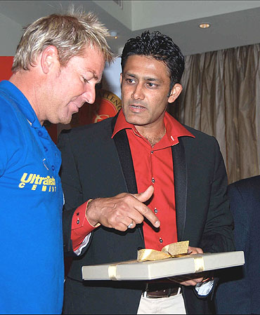 Anil Kumble has a word with Shane Warne