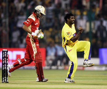 Muttiah Muralitharan celebrates the wicket of Manish Pandey