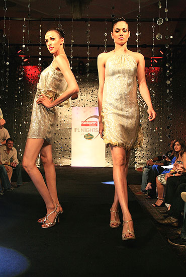 Model present designs by Ramona Narang