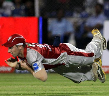Shaun Marsh dives to catch Shikhar Dhawan
