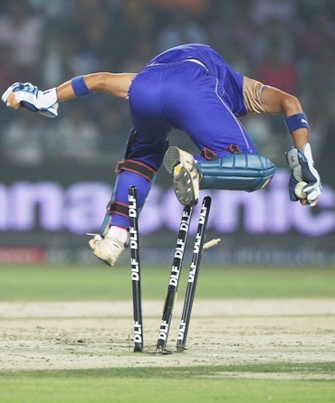 Naman Ojha dislodges the bails to dismiss Collingwood