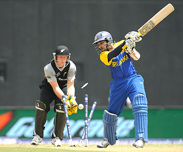 Tillakeratne Dilshan is bowled by Jacob Oram