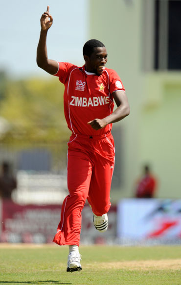 Elton Chigumbura celebrates after picking up Dilshan