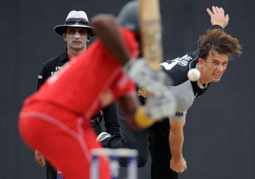 Shane Bond bowls to Hamilton Masakadza